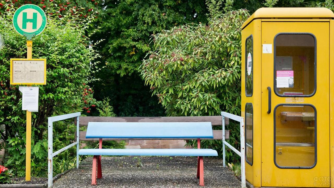 Телефонная будка и лавочка на автобусной остановке