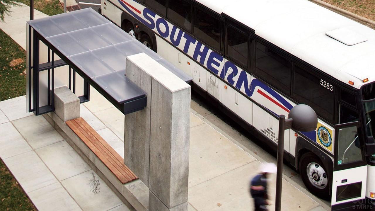Вид сверху на автобус у остановки