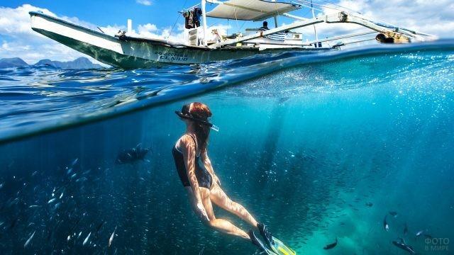 Девушка-дайвер погрузилась в воду