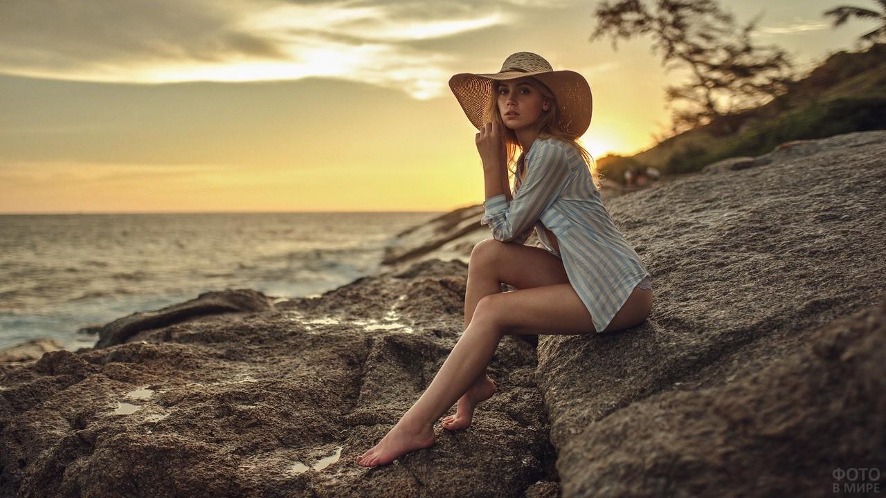 Девушка на каменистом берегу