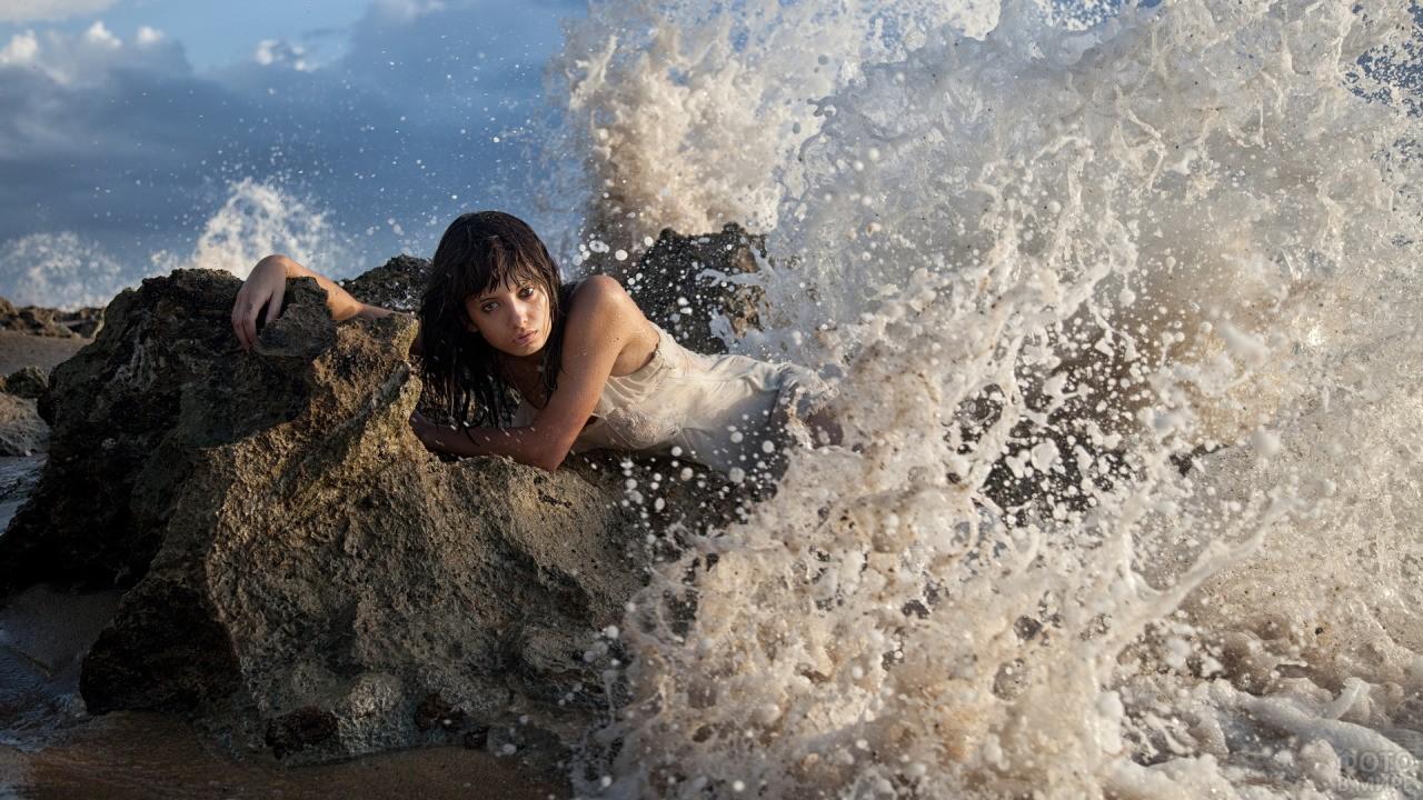 Девушка на камне в брызгах волн