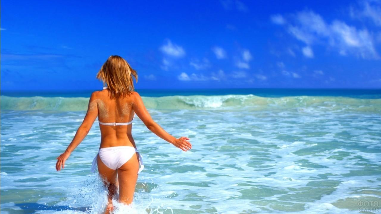 Девушка на море со спины