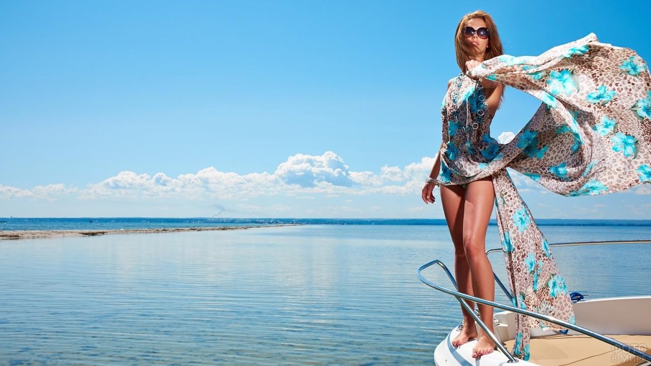 Девушка в море на яхте