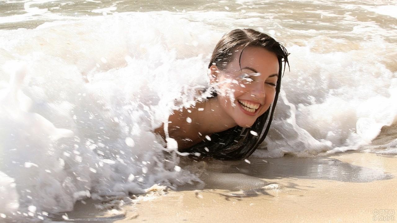Девушку накрывает волна