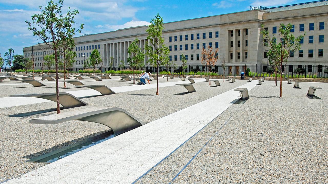 Дорожка, имитирующая взлётную полосу, в Мемориале Пентагона