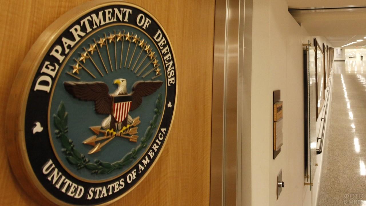 Герб министерства оборошы США на двери в коридоре