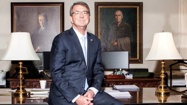 Госслужащий США сидит на столе в офисе Пентагона