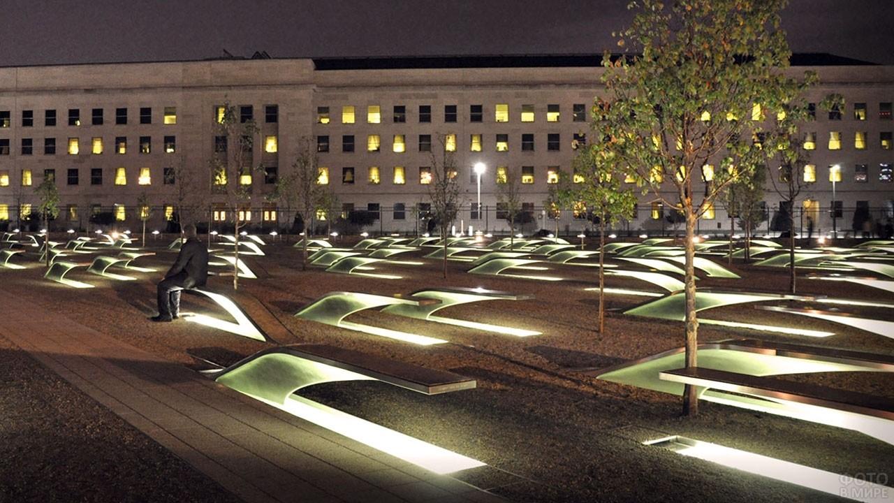 Мемориал, посвящённый жертвам теракта, в ночное время