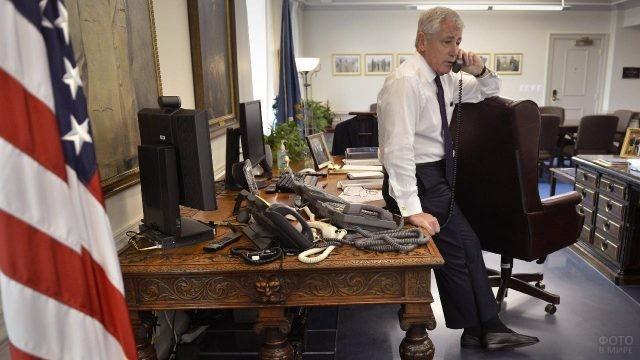 Мужчина разговаривает по телефону в офисе Пентагона
