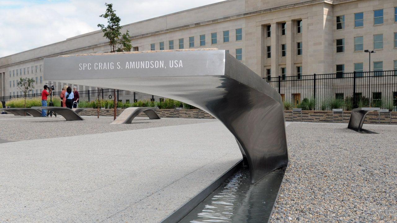 Памятник погибшим во время теракта 11 сентября