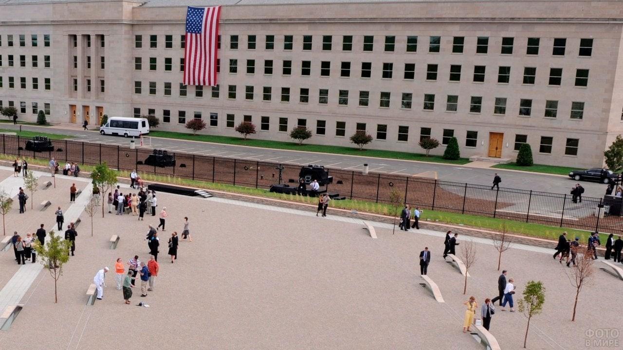 Посетители Мемориала Пентагона