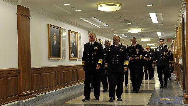 Служащие Пентагона идут по коридору