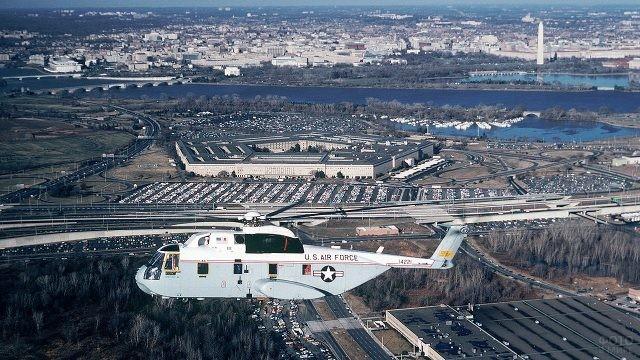 Вертолёт в воздухе над Пентагоном