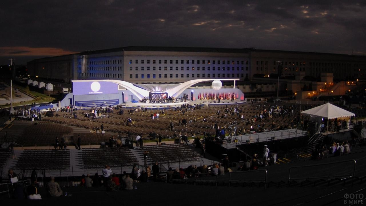 Здание Министерства обороны Америки ночью