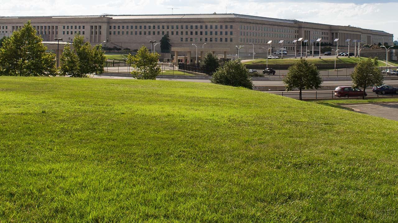 Зелёная лужайка перед зданием Пентагона