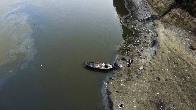 Двое с лодкой на берегу
