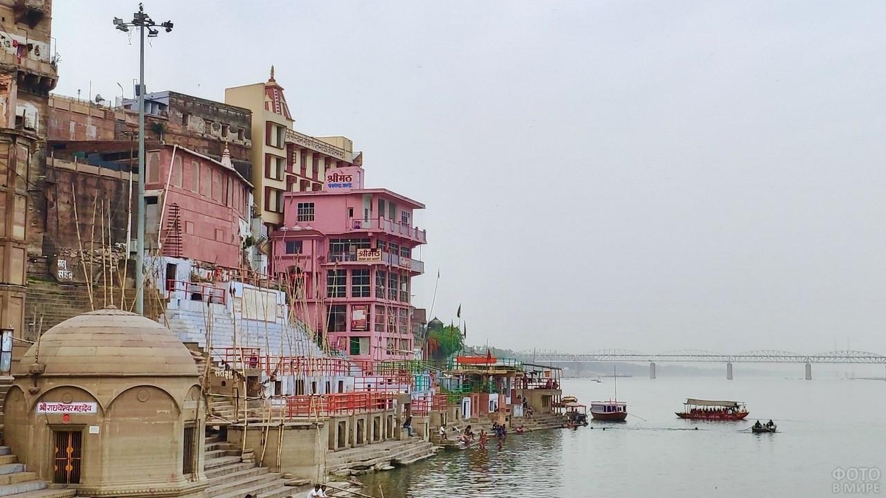 Город Варанаси у воды