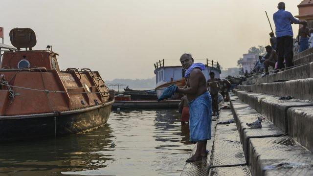 Индус в синих одеждах у реки