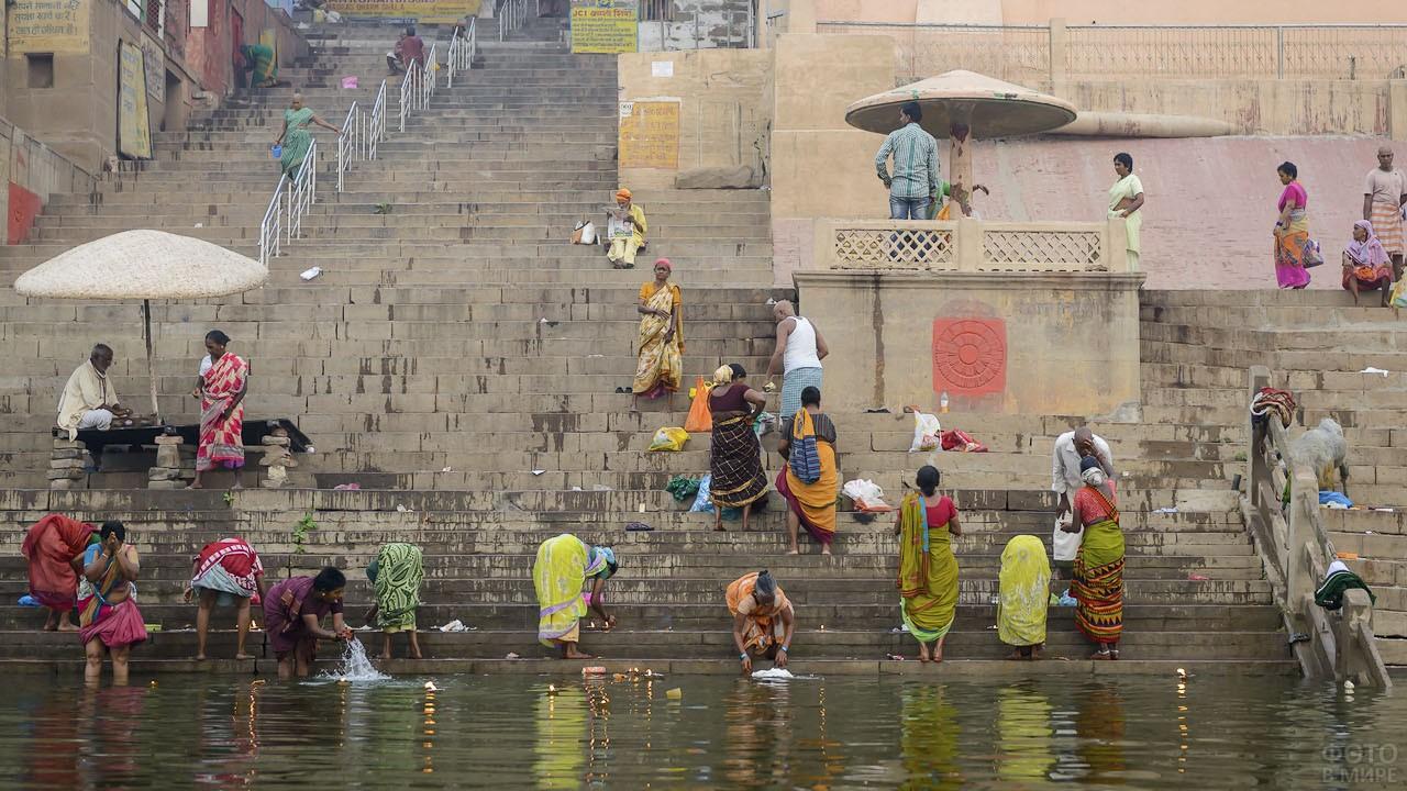 Местные жители у реки