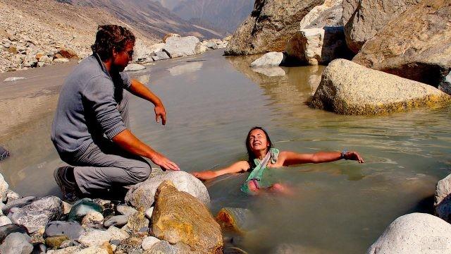 Мужчина смотрит на женщину в реке