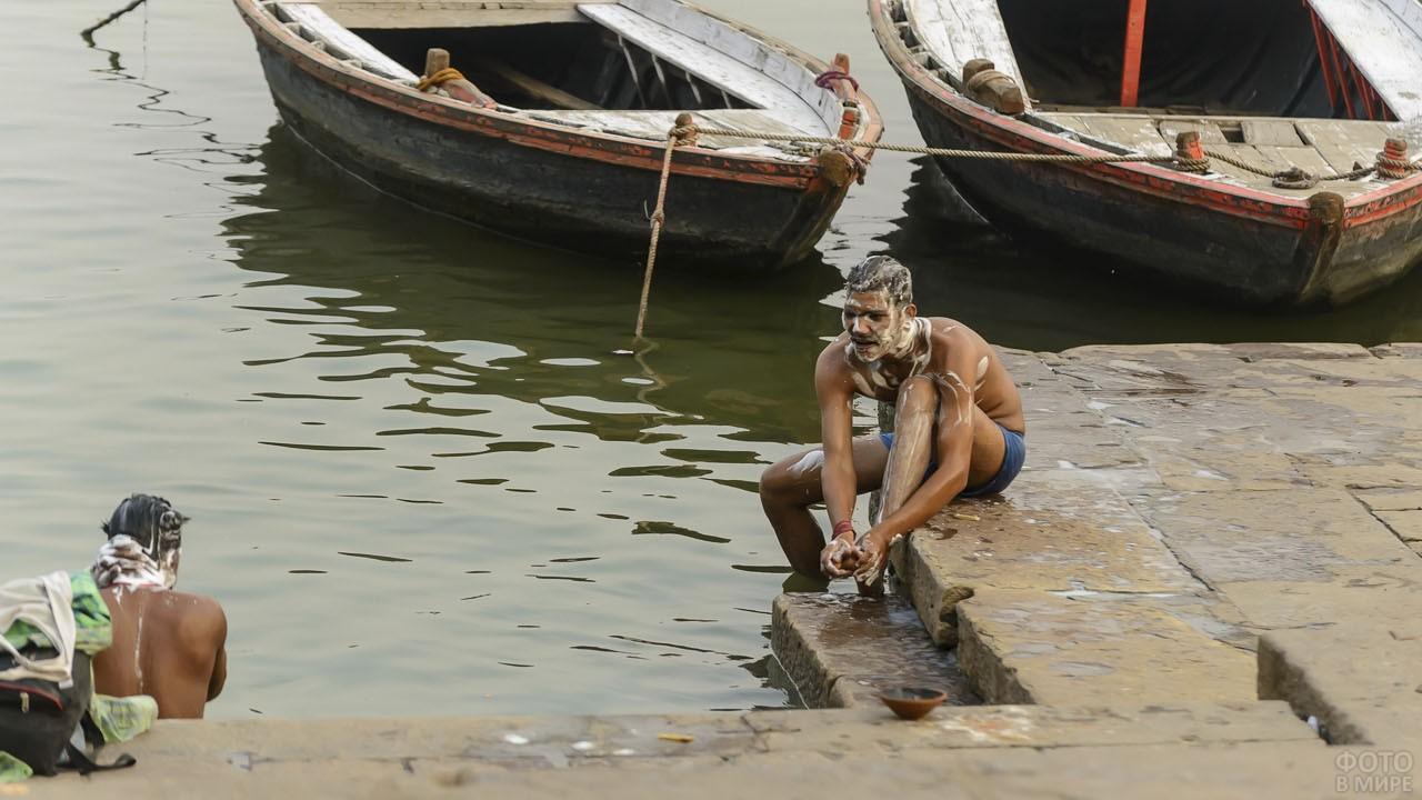 Мужчины совершают омовение в реке