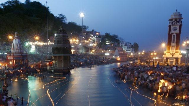 Свящённая река Ганг ночью