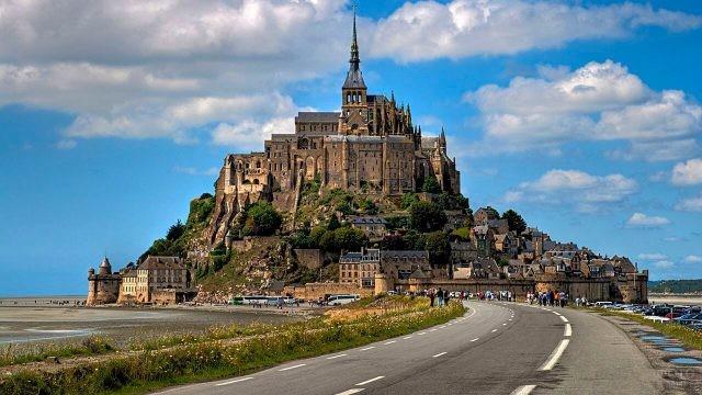 Дорога в крепость Мон-Сен-Мишель