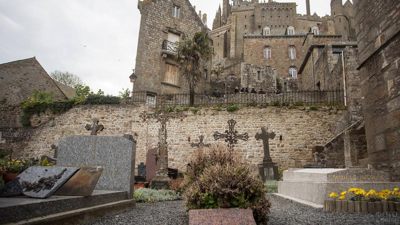 Кресты на кладбище замка