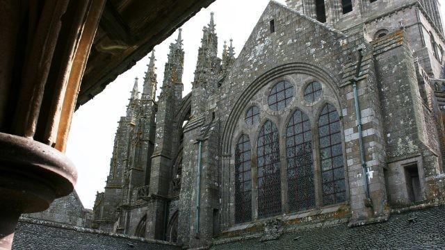 Окно в готическом храме замка