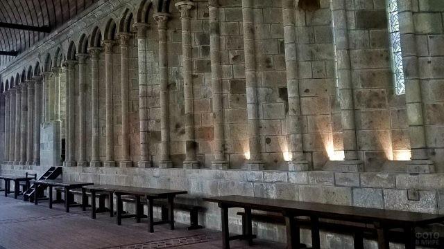Столы со скамейками в монастыре