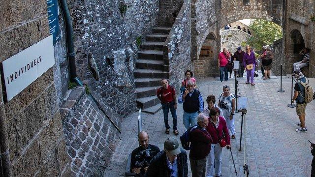 Туристы осматривают замок