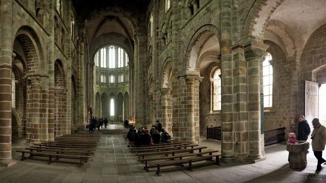 Туристы внутри монастыря Мон-Сен-Мишель