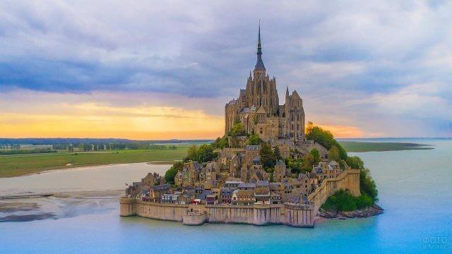 Вид на аббатство Мон-Сен-Мишель со стороны
