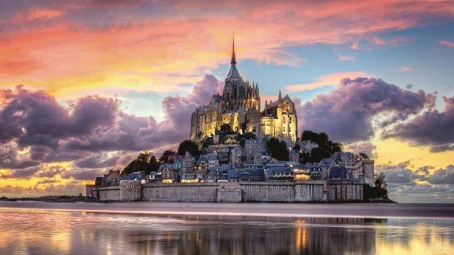 Замок на закате дня