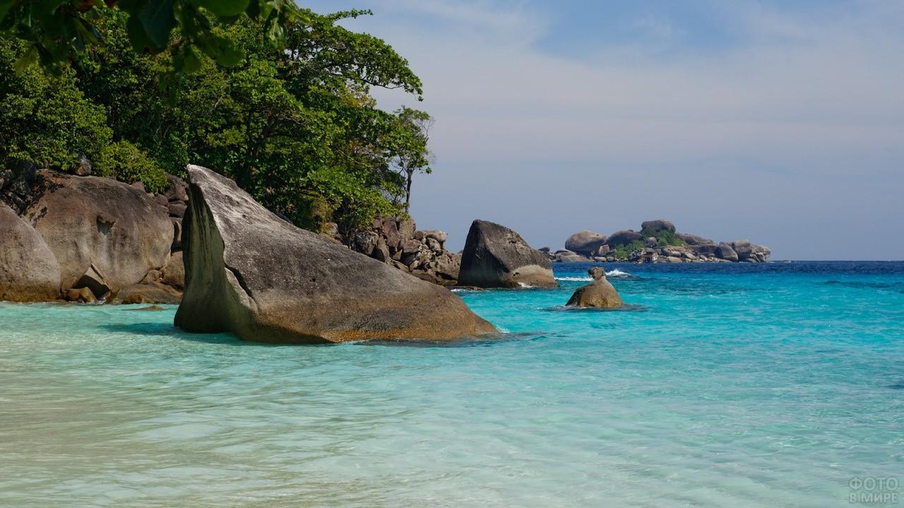 Каменные глыбы на море