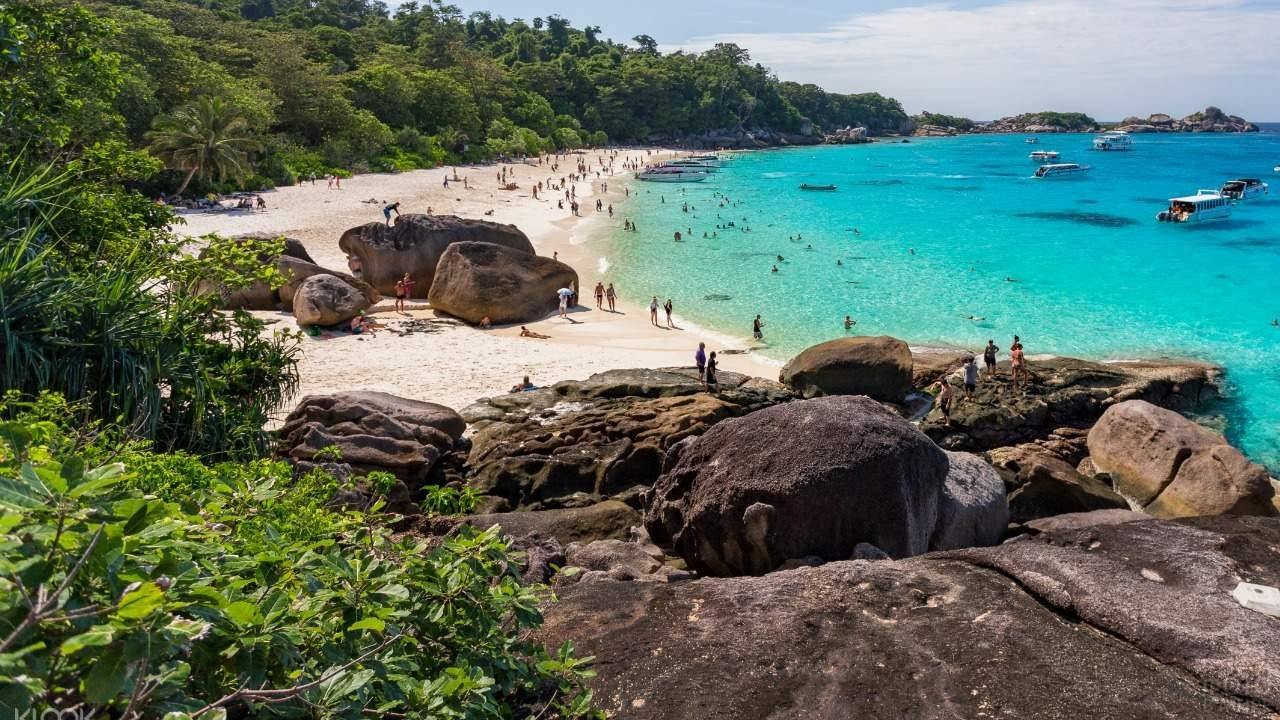 Каменные глыбы на побережье моря