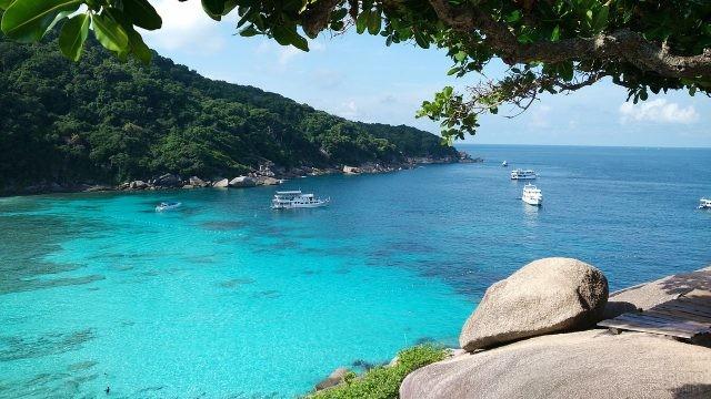 Лазурное море вдоль Симиланских островов