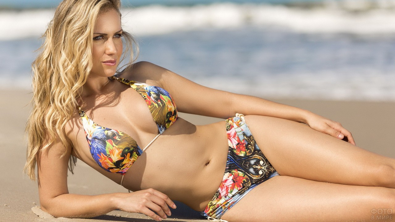 Блондинка в бикини на берегу моря
