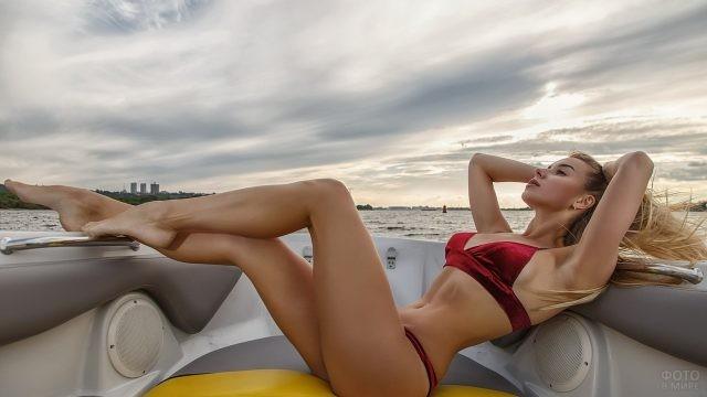 Девушка в бикини в лодке