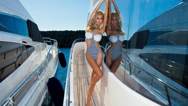 Стройная блондинка на яхте