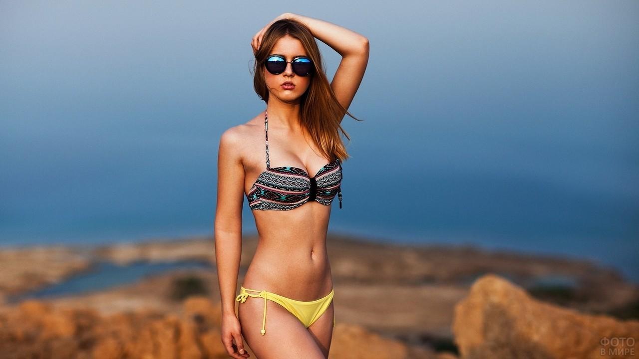 Стройная девушка в солнцезащитных очках
