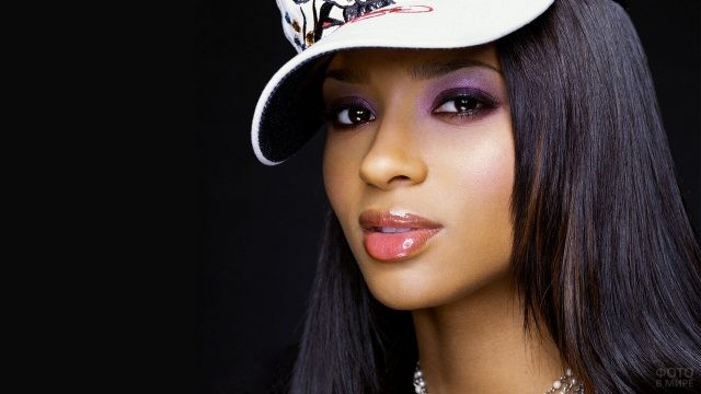 Американская певица Сиара в кепке