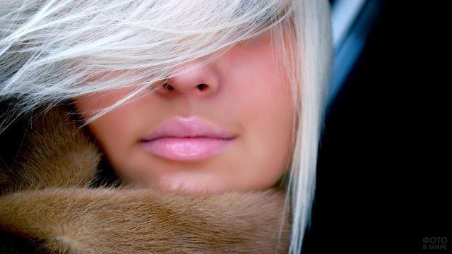 Блондинка с бледно-розовой помадой на губах