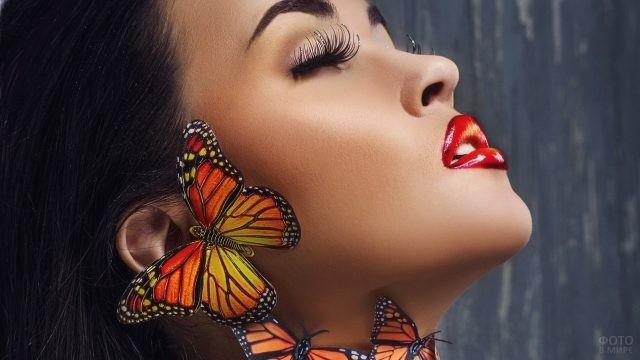 Девушка с бабочками на шее