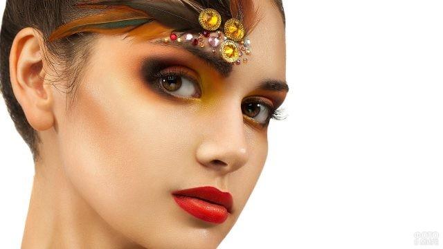 Девушка с креативным макияжем