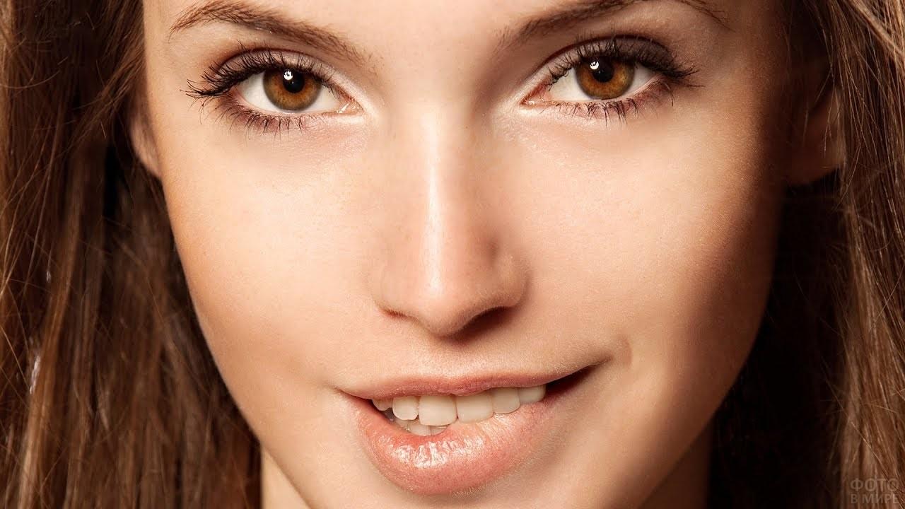 Девушка с светло-карими глазами