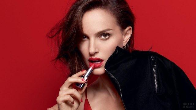 Натали Портман красит губы