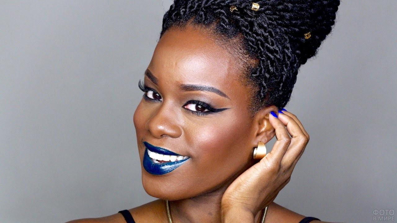 Негритянка с синими губами