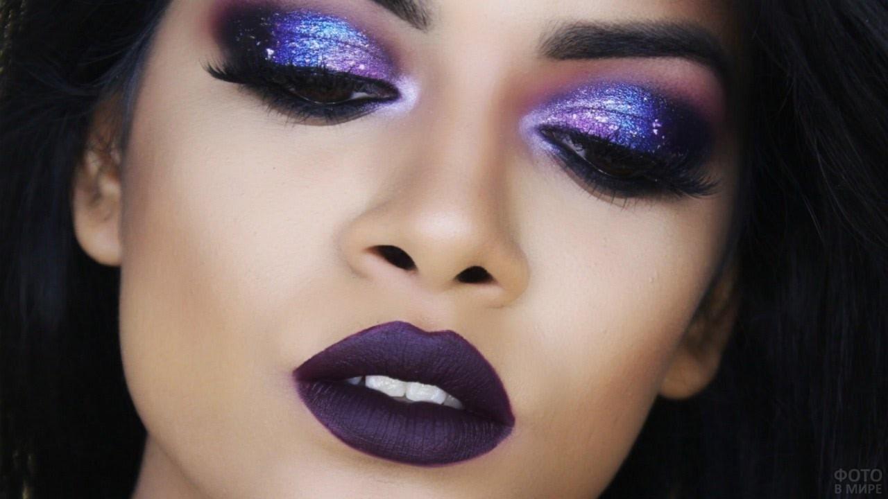 Тёмно-фиолетовый макияж на лице