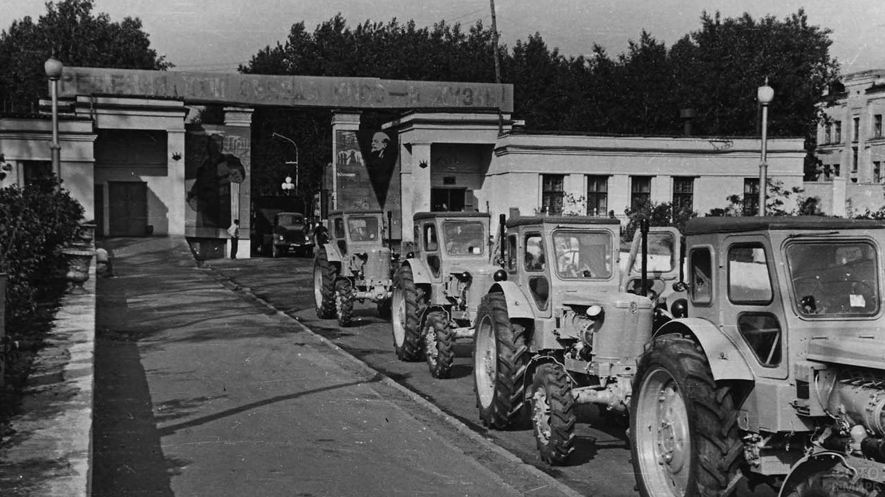 Центральная проходная Липецкого тракторного завода, 1968
